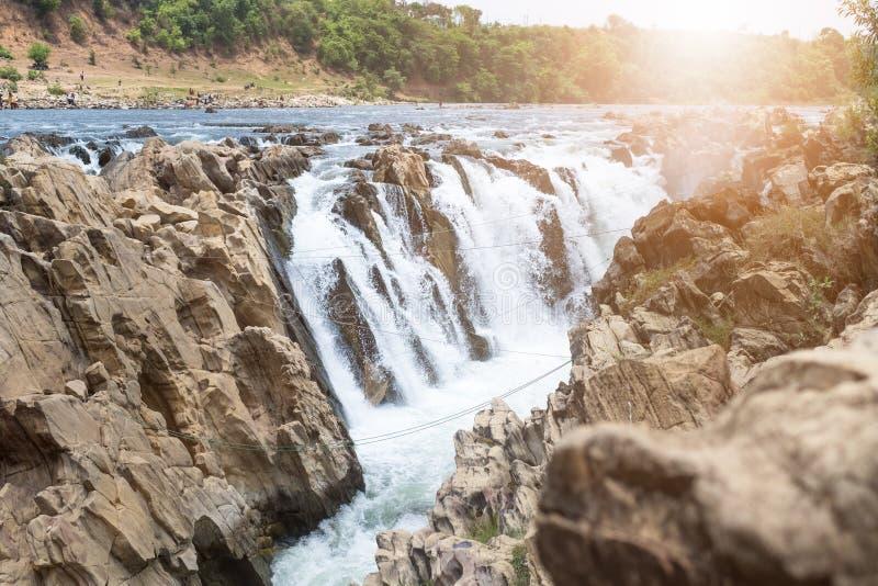 Vattenfall nära staden Jabalpur, Indien Härligt landskap på en flod med vattenfall fotografering för bildbyråer