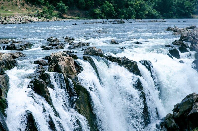 Vattenfall nära staden Jabalpur, Indien Härligt landskap på en flod med vattenfall arkivfoto