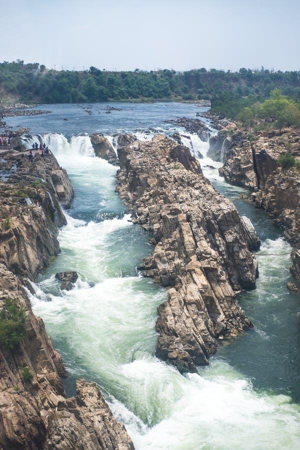 Vattenfall nära staden Jabalpur, Indien Härligt landskap på en flod med vattenfall royaltyfri bild
