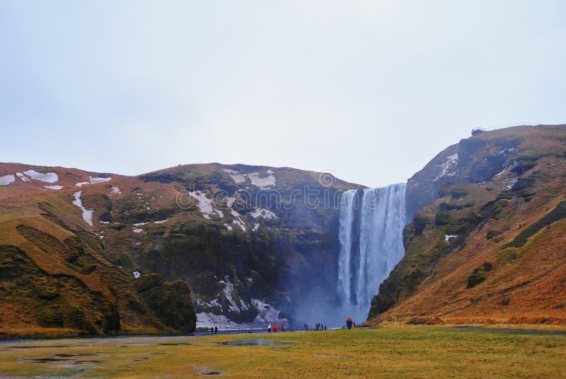 Vattenfall och berg royaltyfri bild