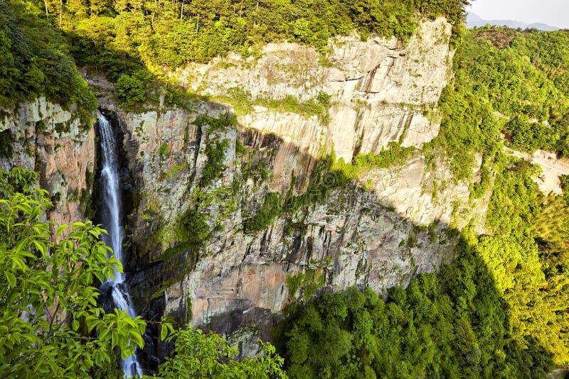 Vattenfall och berg arkivbild
