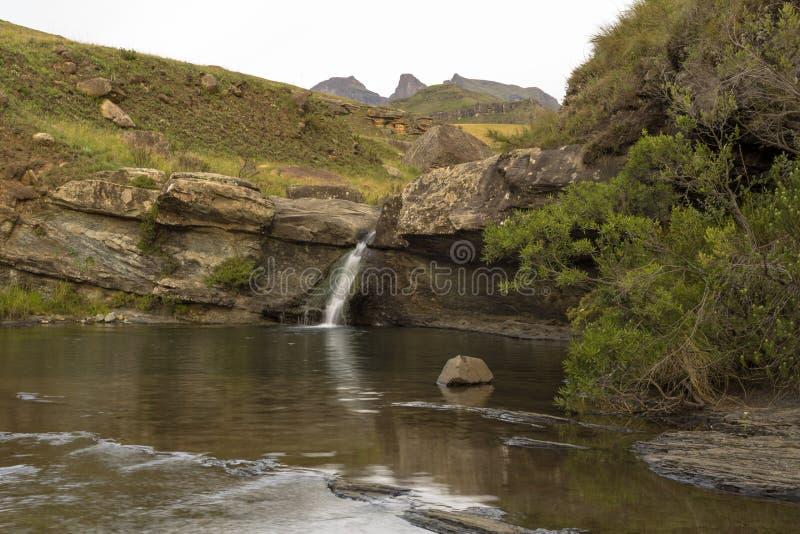Vattenfall- och bergpöl royaltyfria foton