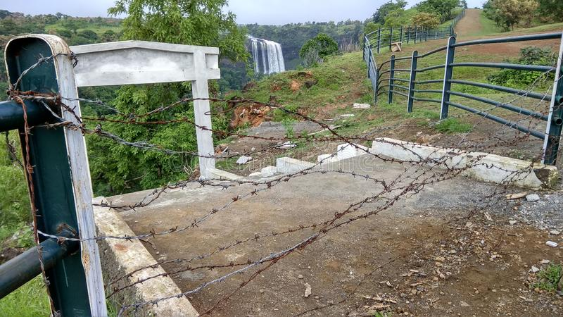 Vattenfall in och försett med en hulling staket Central Indian i monsun arkivfoto