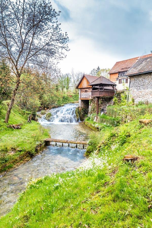 Vattenfall och gamla byggnader - Rastoke, Kroatien royaltyfri foto