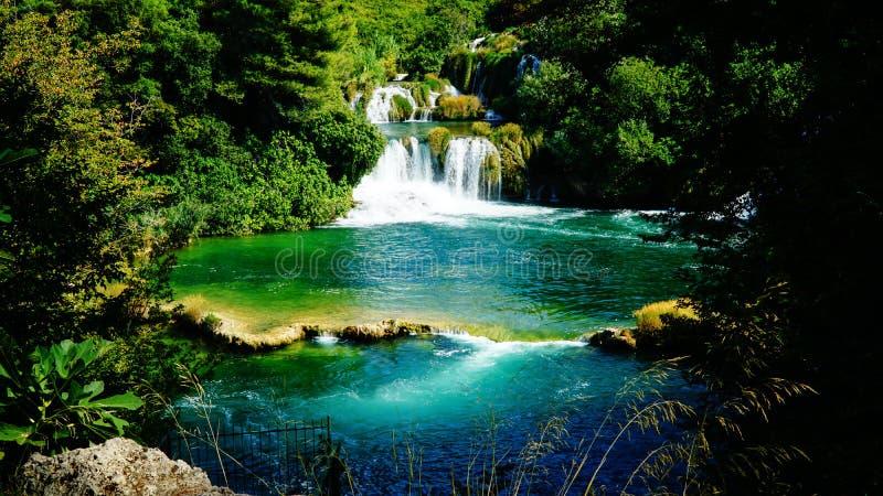 Vattenfall och pittoresk sjö på KRKA-nationalparken, Kroatien arkivfoto