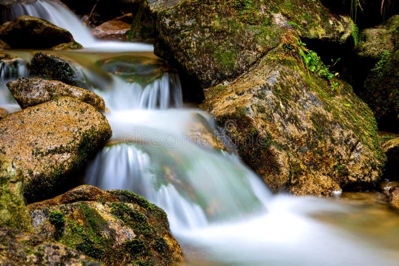 Vattenfall på bergfloden arkivbilder