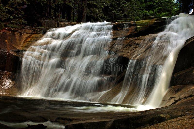 Vattenfall på bergfloden Mumlava arkivfoto