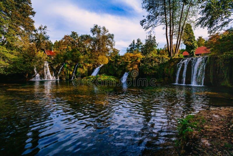 Vattenfall på den Korana flodkanjonen i by av Rastoke Slunj i Kroatien arkivbilder