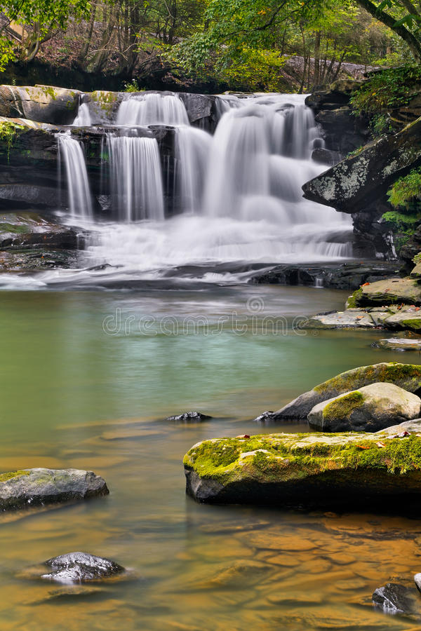 Vattenfall på Dunloup liten vik arkivbilder