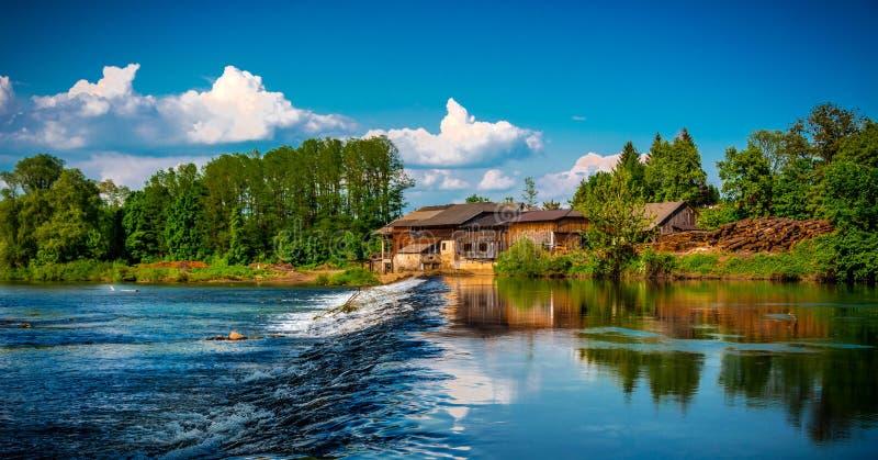 Vattenfall på floden royaltyfri fotografi