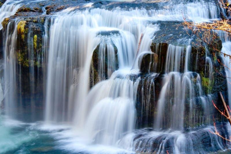 Vattenfall på hösten arkivfoton