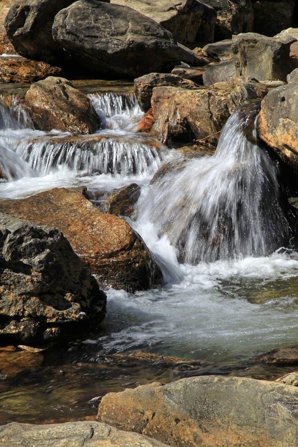 Vattenfall på kyrkogårdfält i NC royaltyfri bild