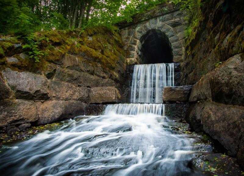 Vattenfall på slutet av en tunnel royaltyfri bild