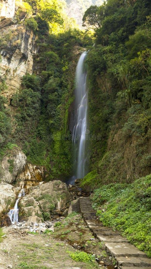 Vattenfall på vägen till Annaourna circuite tal Nepal arkivbild