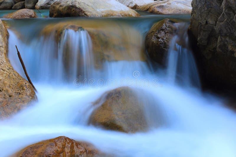 Vattenfall p? bergfloden royaltyfria bilder