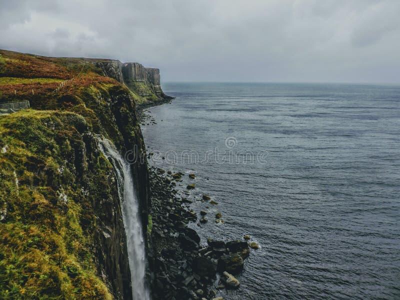 Vattenfall - Rocky Coastal Cliffs - ö av Skye, Skottland royaltyfri foto