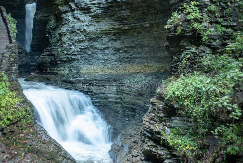 Vattenfall som applåderar in i dalgångliten vik längs klyftaslingan i Watkins Glen State Park New york Varm höstdag Dagsljus arkivfoto