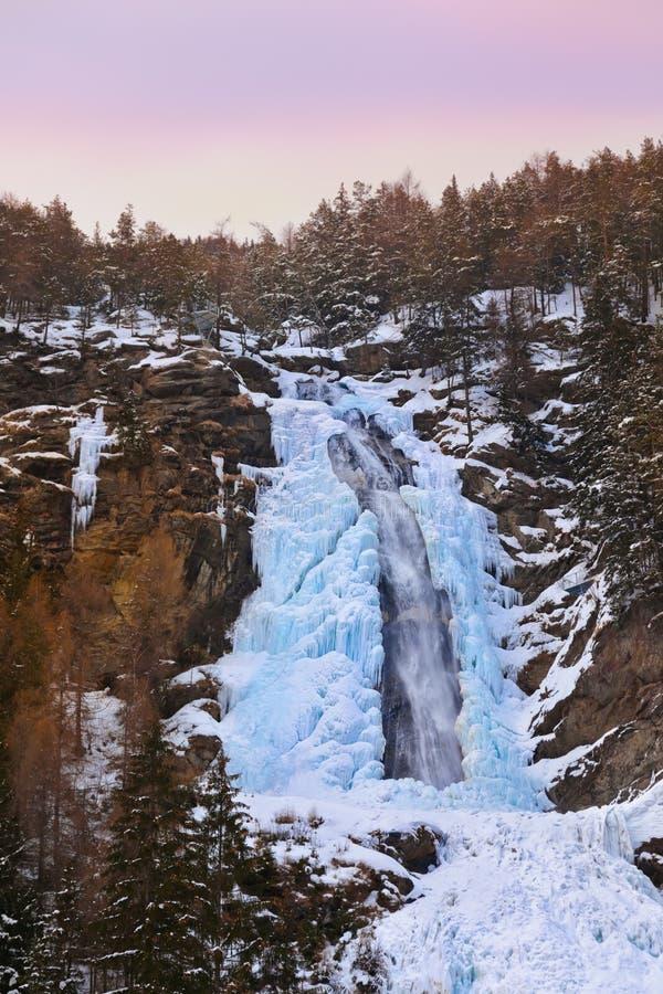 Download Vattenfall Stuibenfall På Umhausen - Tirol Österrike Arkivfoto - Bild av fall, snow: 27280196