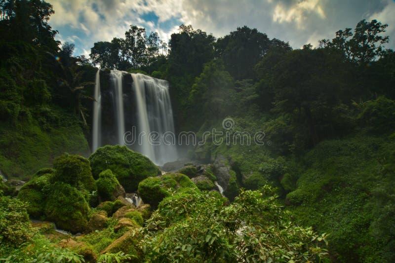 Vattenfallet Curug Sewu, Indonesien royaltyfria foton