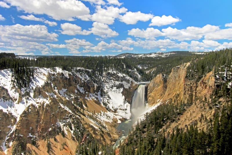 Vattenfallet kallade Låg Nedgång och Grand Canyon av den Yellowstone nationalparken, USA arkivfoton