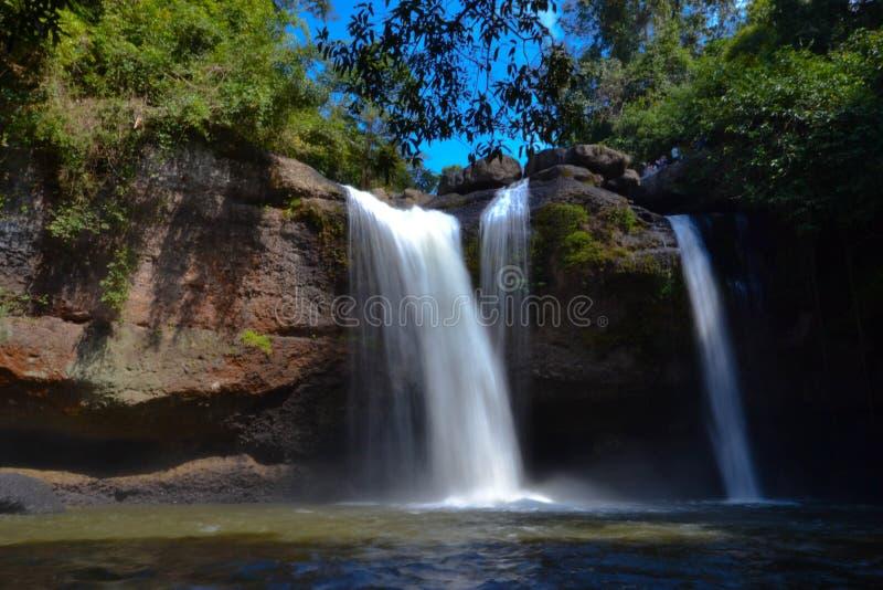 Vattenfallet med bergen i landet av Sri Lanka arkivbilder