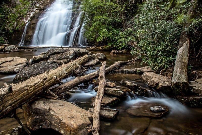 Vattenfallet med bergen i landet av Sri Lanka arkivbild