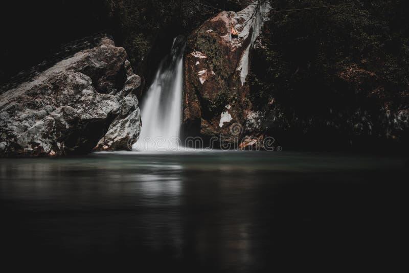 Vattenfallet med bergen i landet av Sri Lanka royaltyfri bild