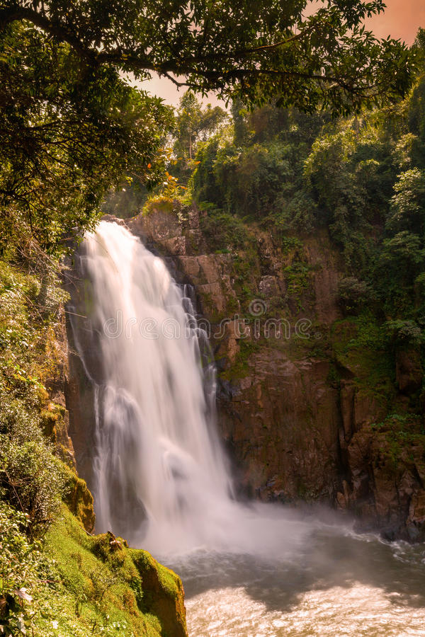 Vattenfallet namnger `-Haew Narok `, Thailand arkivfoto