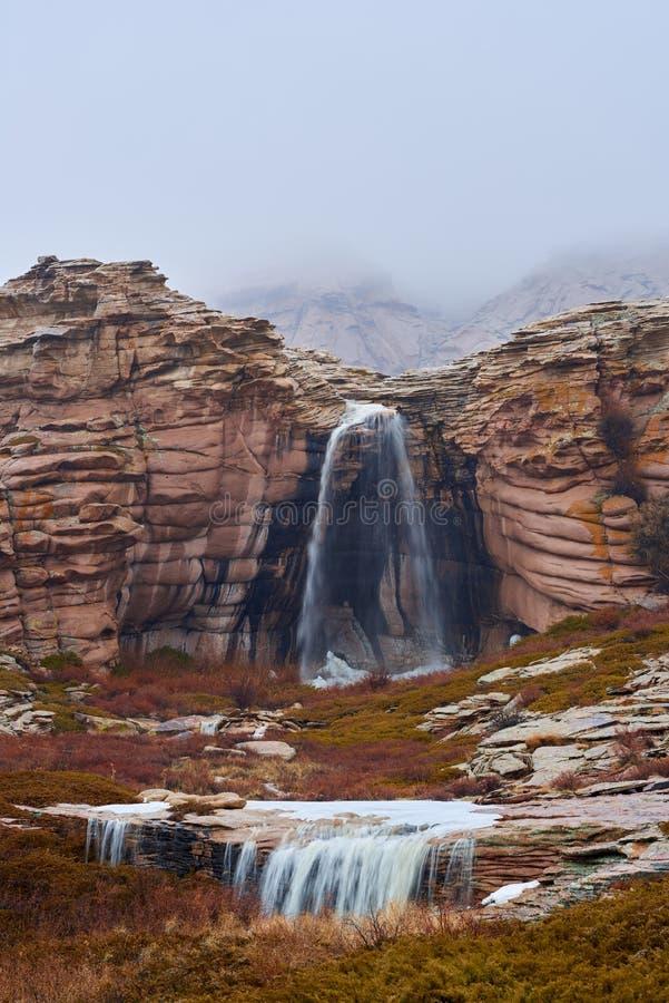Vattenfallet på den bergBektau ataen arkivbilder