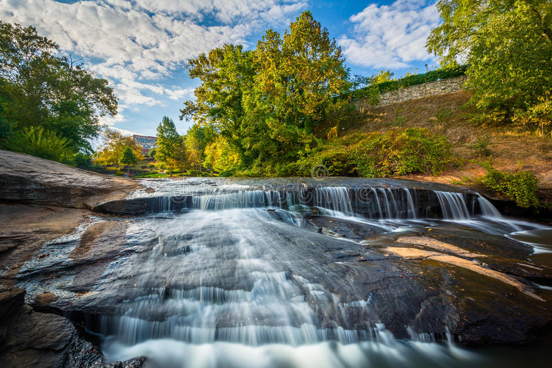 Vattenfallet på nedgångarna parkerar på det gällt, i Greenville, södra C royaltyfri fotografi