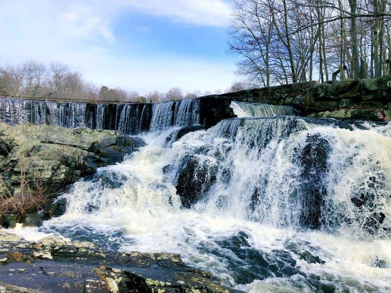 Vattenfallet som flödar inom Southford, faller delstatsparken royaltyfri fotografi