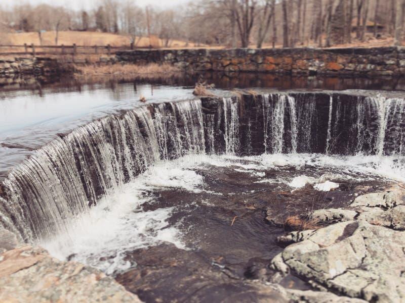 Vattenfallet som flödar inom Southford, faller delstatsparken arkivfoto