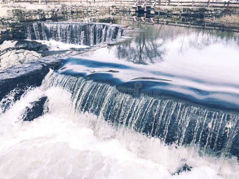 Vattenfallet som flödar inom Southford, faller delstatsparken arkivfoton