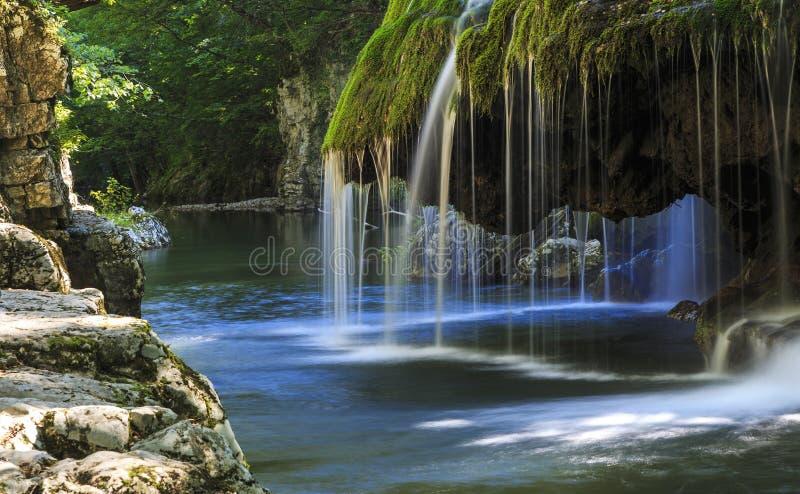 Vattenfalllandskap i Rumänien royaltyfri fotografi