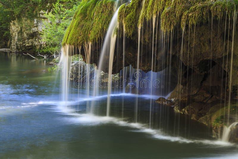 Vattenfalllandskap i Rumänien arkivfoton