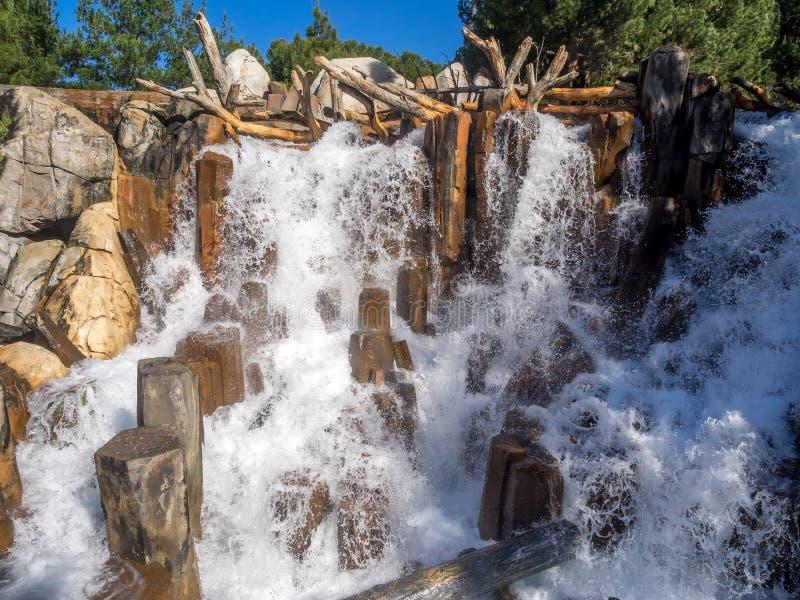 Vattenfallsärdraget på grisslybjörnmaximumet på det Disney Kalifornien affärsföretaget parkerar royaltyfri bild
