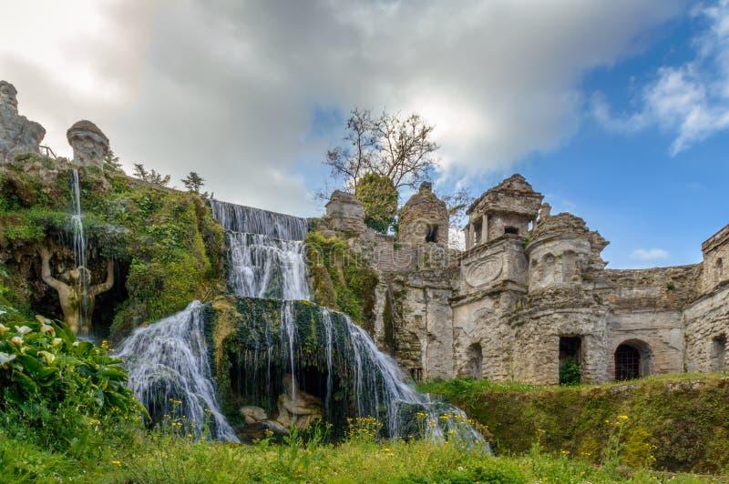Vattenfallspringbrunn med grekiska gudar i Tivoli, Italien royaltyfri fotografi