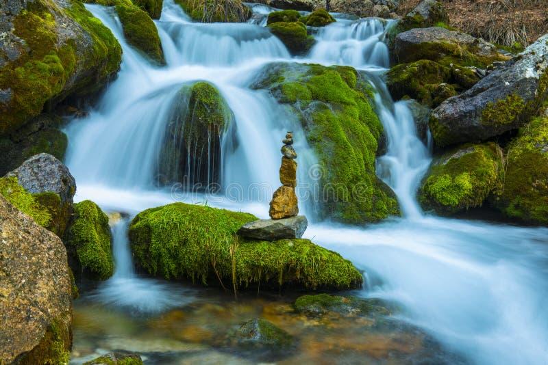 Vattenfallvatten och zenstenar arkivfoton