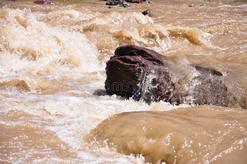 Vattenflöda och kiselstenar royaltyfria bilder