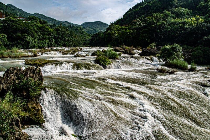Vattenflödet i Tianxingqiao det sceniska området är som många rullande pärlor fotografering för bildbyråer