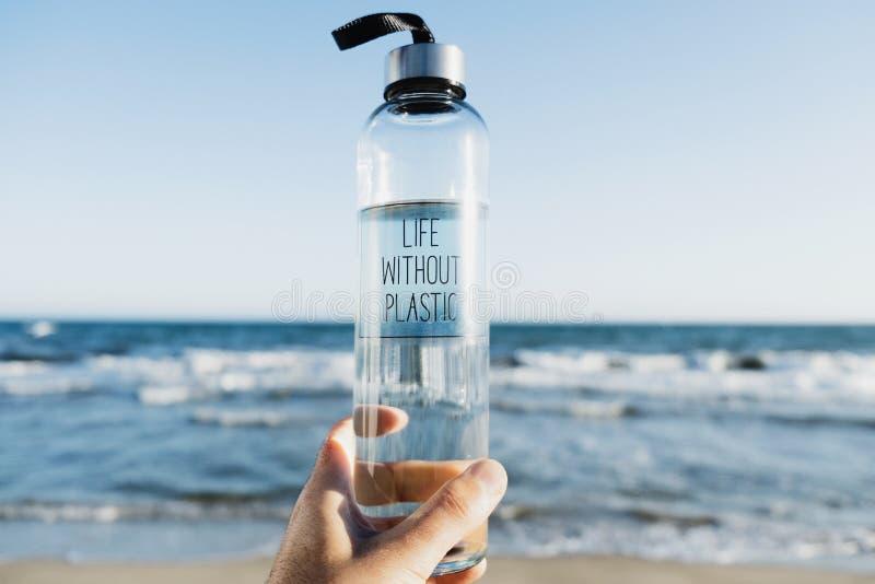 Vattenflaska med textlivet utan plast- royaltyfri foto