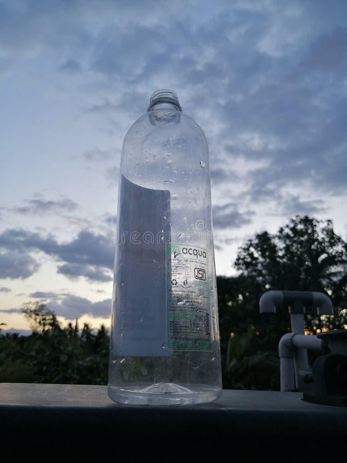 Vattenflaska, räddningvatten arkivfoton