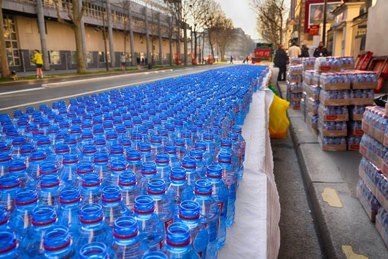 Vattenflaskor till maratonkonkurrenter arkivbilder