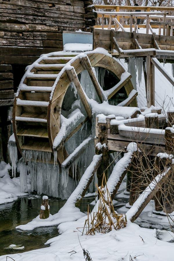 Vattenhjul av gammal watermill i Krasnikovo, Kursk region arkivbild