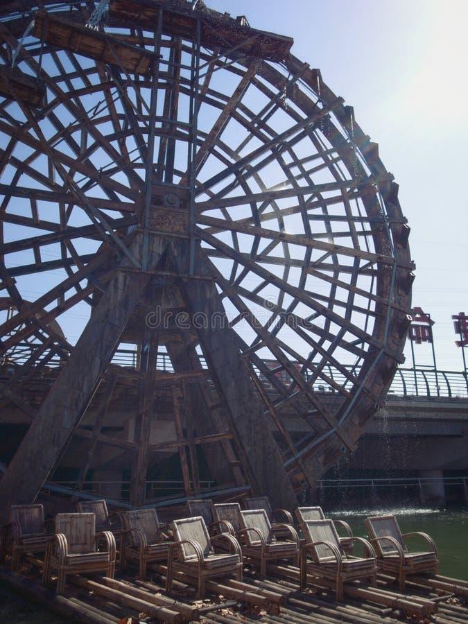 Vattenhjul- och bambupol fotografering för bildbyråer