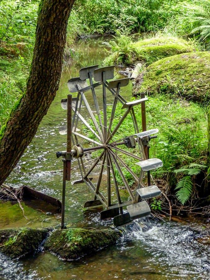 Vattenhjul på den lilla floden till utveckling av elektricitet royaltyfria bilder