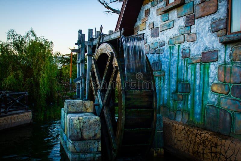 Vattenhjul som passeras till och med tid royaltyfri fotografi