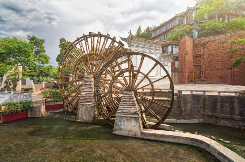 Vattenhjulet är ett symbol av Lijiang den gamla staden, Yunnan, Kina royaltyfri fotografi