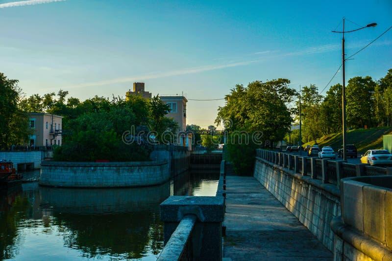 Vattenkanaler av Moskva, tidig vårtid arkivbild