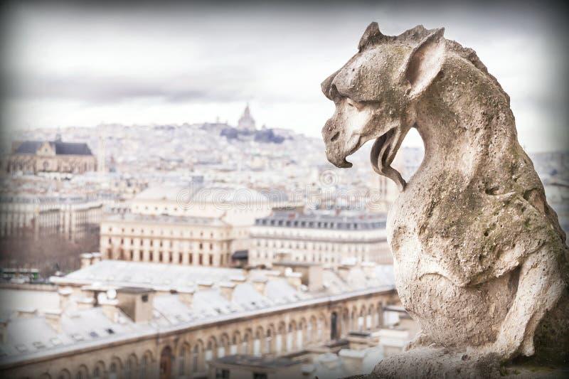 Vattenkastare (skenbild), stendemoner, med den Paris staden på bakgrund royaltyfri bild